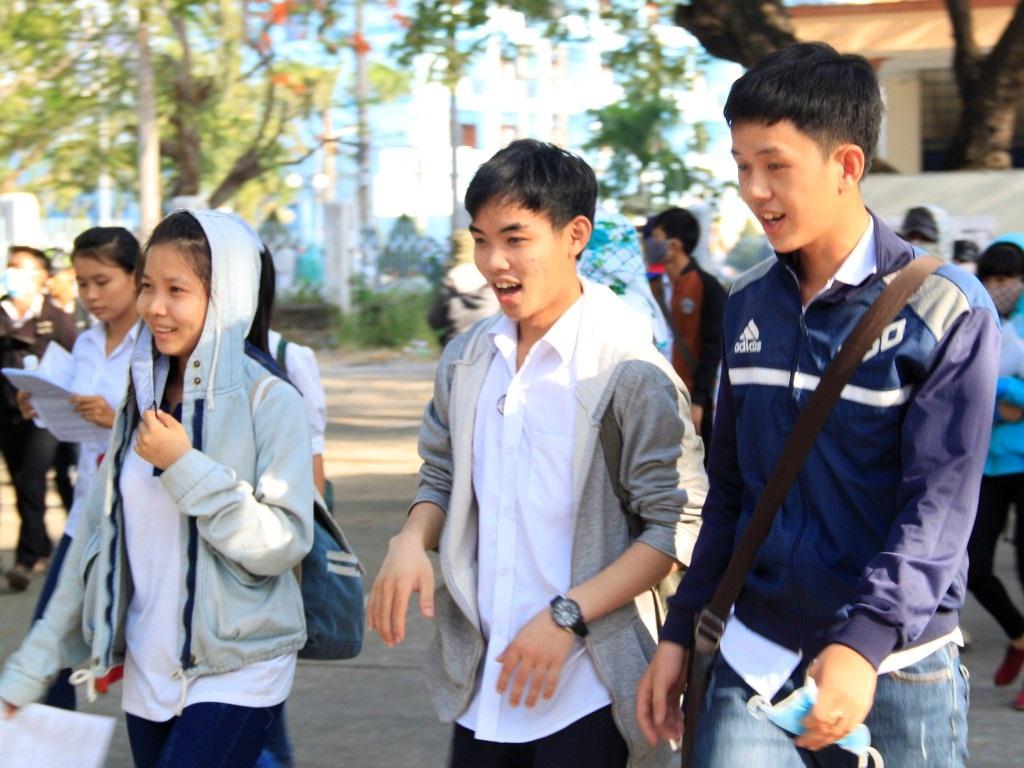 Thí sinh cười tươi sau khi kết thúc môn Vật lý tại cụm thi liên tỉnh Bình Định. (Ảnh: Doãn Công)