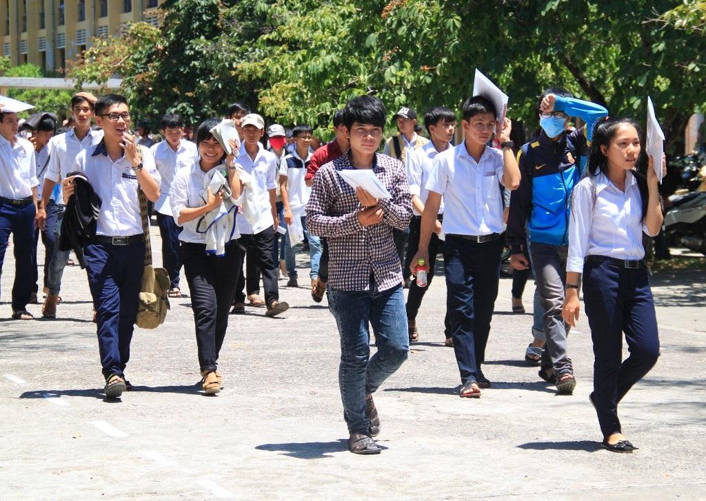 Thí sinh dự thi tại cụm thi tỉnh Bình Định nhận định đề Toán có độ phân hóa cao (ảnh Doãn Công)