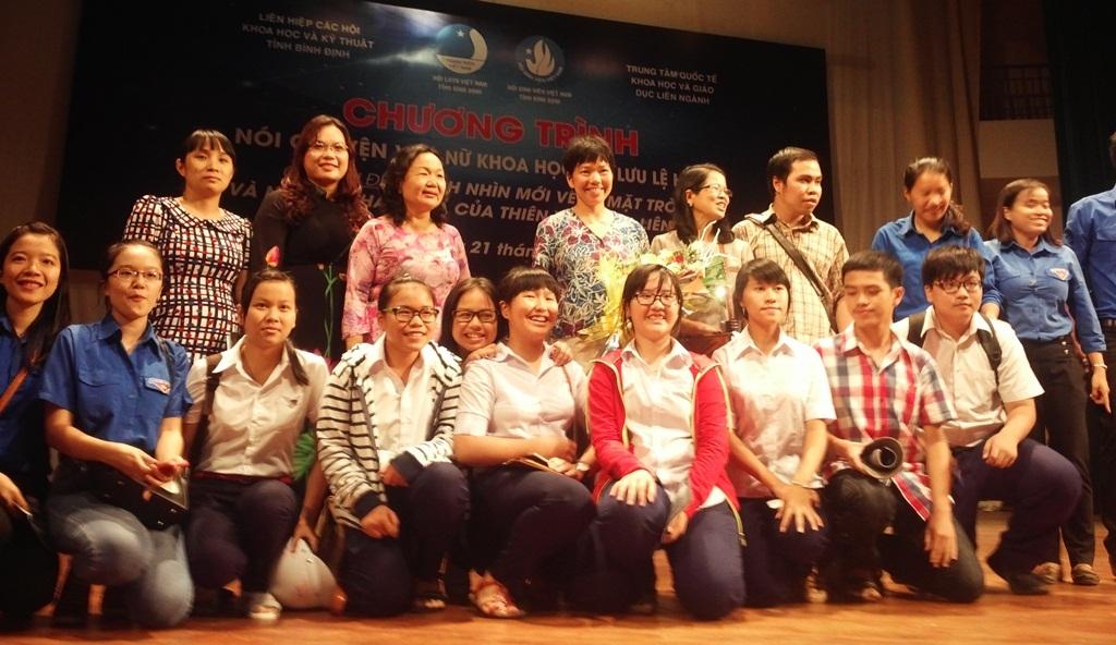 GS Lưu Lệ Hằng chụp ảnh lưu niệm cùng các bạn trẻ.