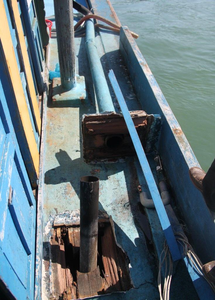 Tàu BĐ 96496 TS bị tàu lạ đâm hư hỏng giàn đèn câu,...