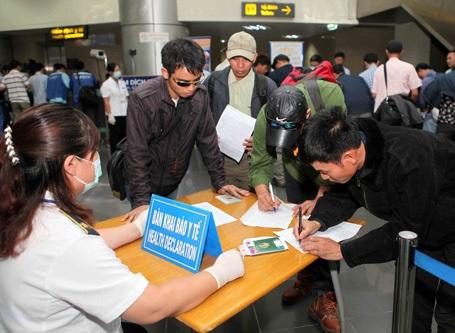 Lao động từ Lybia về Việt Nam đang làm thủ tục kiểm tra Ebola tại sân bay Nội Bài (Hà Nội)