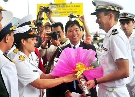 Lực lượng Hải quân Việt Nam đón tiếp thủy thủ đoàn tàu Le Vendémiairetại cầu cảng
