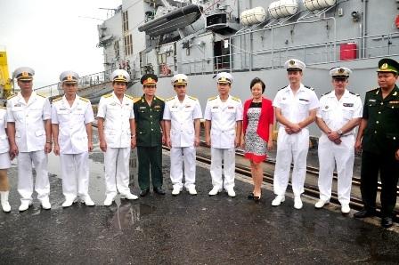 Lực lượng Hải quân 2 nước chụp hình lưu niệm