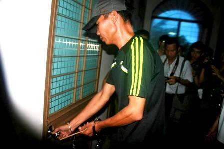 Vũ Mạnh Hùng thực hiện lại hành động phá bách cửa, đột nhập vào các phòng làm việc để trộm tài sản