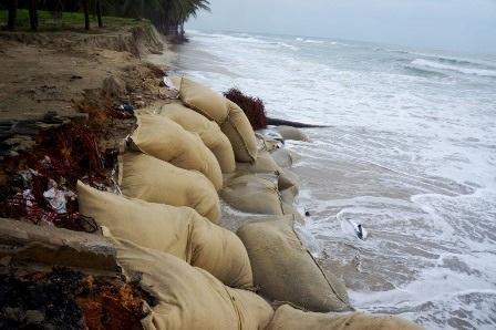 Sóng biển lấn sâu vào khu nghỉ dưỡng và dân cư ven biển ở phường Cửa Đại, Hội An
