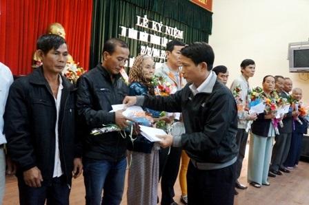 Đại diện ban tổ chức tặng hoa đến thân nhân liệt sĩ đã hy sinh ở Gạc Ma
