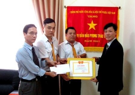 Lãnh đạo taxi Tiên Sa khen thưởng cho các tài xế tham gia bắt tội phạm