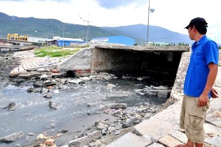 Nước thải ra âu thuyền Thọ Quang bốc mùi hôi thối từ các nhà máy chế biển thủy hải sản