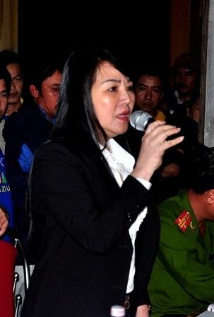 Đại diện nhà máy thép Việt Pháp trình bày với bà con