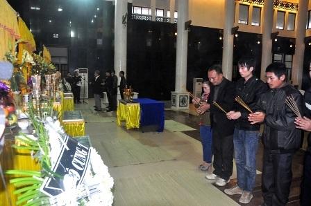 Người thân chiến sĩ Trương Văn Tú thắp nén nhang trước bàn thờ của em