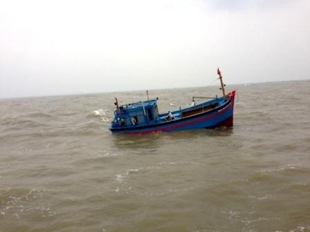 Tàu cá của ngư dân bị nạn trên biển. (Ảnh do Danang MRCC cung cấp)