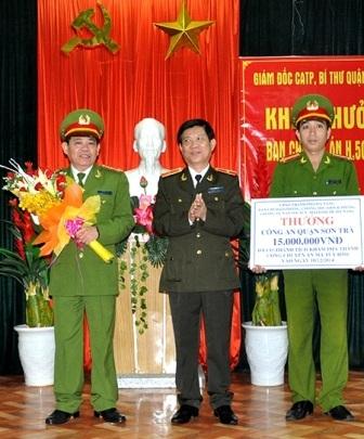 Thiếu tướng Nguyễn Văn Sơn (giữa), Giám đốc Công an TP Đà Nẵng tặng thưởng đến Ban chuyên án