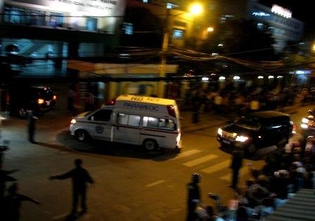 Xe cứu thương chạy đến trước cổng bệnh viện
