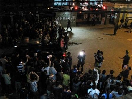 Rất đông người dân tập trung ở Bệnh viện Đà Nẵng đón ông Thanh