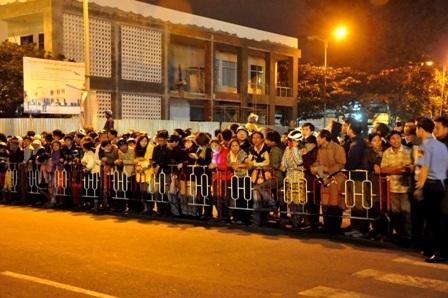 Người dân Đà Nẵng đứng kín cổng số 2 sân bay Đà Nẵng chờ đón ông Nguyễn Bá Thanh