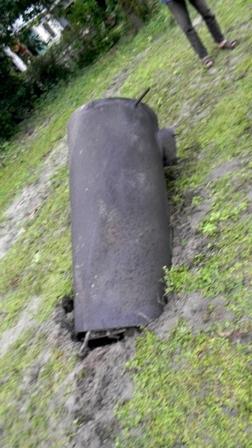 Bình hơi nổ bay văng cách 400m cắm xuống đất
