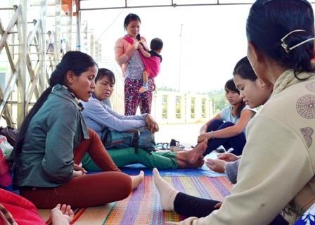 Nhiều gia đình mang theo cả con nhỏ đến trước cổng nhà máy cồn Đại Tân để đòi nợ