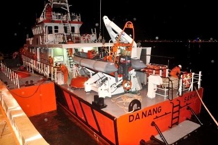 Tàu cứu hộ đưa ngư dân bị ốm nặng vào bờ cấp cứu