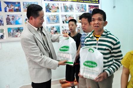 Nhà báo Nguyễn Đình Hòa, Trưởng đại diện Báo Dân trí tại Đà Nẵng trao quà đến các cháu