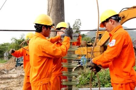 Công nhân điện lực thi công lưới điện cho Lý Sơn