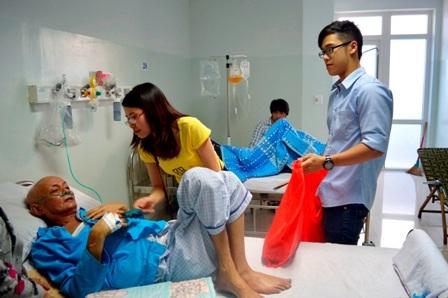 Các bạn sinh viên mang quà đến với các bệnh nhân