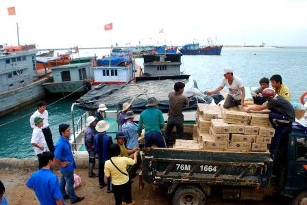 Hàng hóa Tết tấp nập ra đảo Lý Sơn