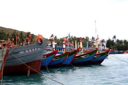 Tàu cá bà con ngư dân Lý Sơn cập cảng nghỉ ngơi đón Tết