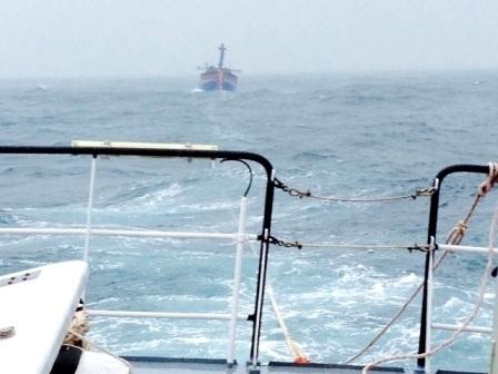 Một tàu cá bị nạn của ngư dân đang được tàu cứu nạn lai dắt vào bờ