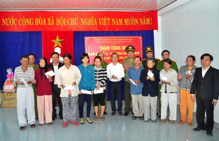 Công an TP Đà Nẵng trao quà Tết đến với người dân Làng Vân ở khu tái định cư