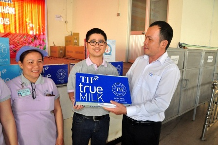Đại diện Công ty TH True Milk trao quà đến các công nhân công ty Sinaran