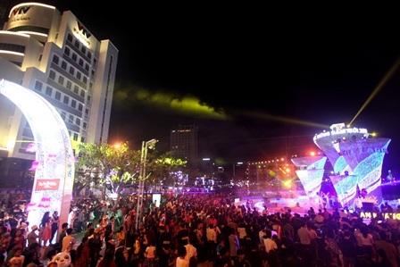 Hàng vạn người dân đến xem chương trình nghệ thuật đêm bế mạc đường hoa tối qua 23/2.