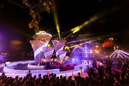 Đông đảo người dân đến xem chương trình nghệ thuật đêm bế mạcđường hoa Xuân Đà Nẵng 2015