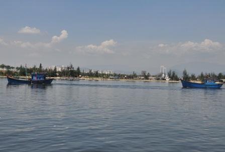 Tàu của ngư dân Quảng Ngãi kéo tàu bị nạn vào cảng cá Thọ Quang. Ảnh: T.H.