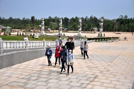 Dù chưa được khánh thành nhưng mỗi ngày có rất nhiều người dân địa phương và cả nước đến thăm viếng