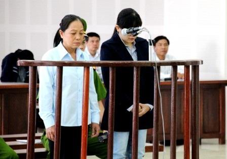 Bị cáo Hòa (trái) và Thư tại phiên tòa