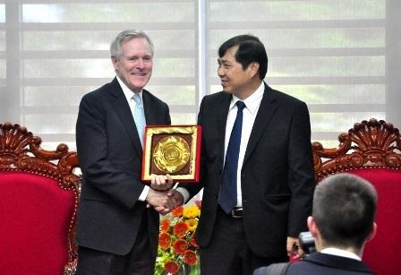 Bộ trưởng Hải quân Hoa Kỳ và Chủ tịch Đà Nẵng trao quà lưu niệm