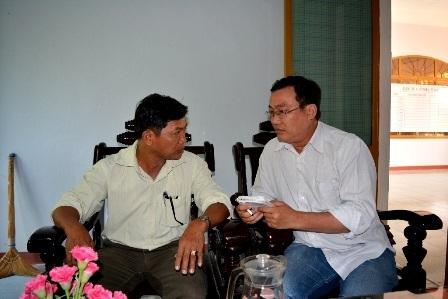 Chủ tịch xã Quế An - ông Hoàng Kim Minh (ảnh trái) đã xin từ chức sau khi vụ việc gà đi lạc.