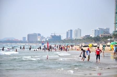 Các bãi biển Đà Nẵng chật kín du khách