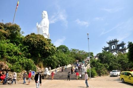 Du khách tham quan chùa Linh Ứng