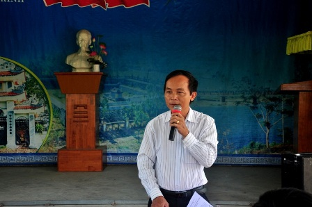 Ông Phan Xuân Cảnh – Phó Chủ tịch huyện Duy Xuyên – trả lời các ý kiến thắc mắc của bà con