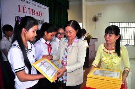 Bà Phạm Thị Minh Chiến – Chủ tịch Hội Khuyến học Quảng Nam - trao học bổng đến các em học sinh