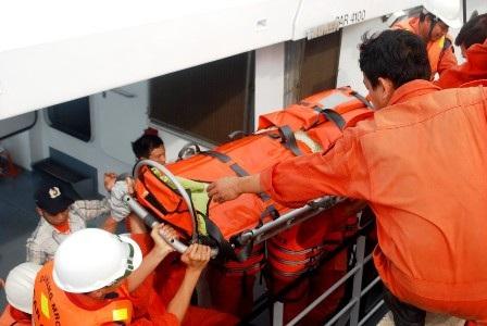 Một ngư dân bị nạn trên biển được đưa vào bờ để chữa trị