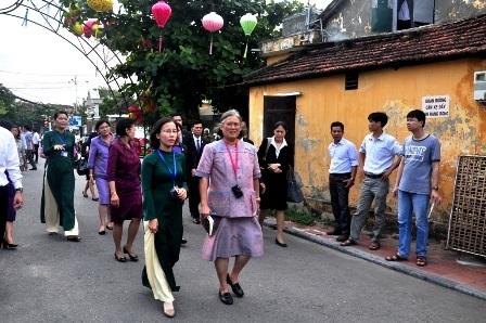 Công chúa Thái Lan bách bộ ở phố cổ Hội An