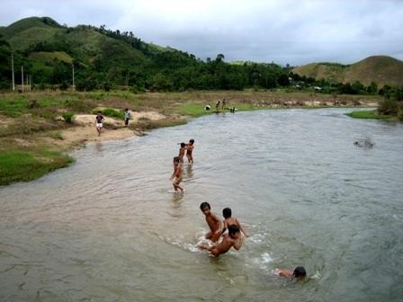 Nghỉ hè, các em thường đi tắm sông suối nên dễ xảy ra đuối nước