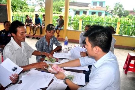 Người dân thôn Chiêm Sơn nhận tiền đền bù tại trụ sở thôn