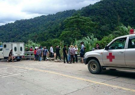 Lực lượng chức năng túc trực trên đường Hồ Chí Minh để đưa người đến Trung tâm y tế để cấp cứu