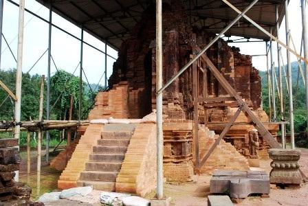 Khu đền tháp Mỹ Sơn đang được trùng tu