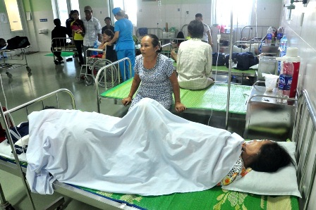 Bà Nguyễn Thị Hường và cháu bà Lê Thị Thanh đang nằm cấp cứu ở Bệnh viện Đa khoa Vĩnh Đức