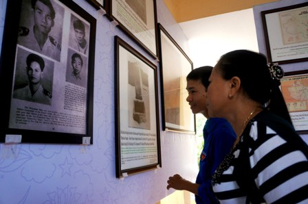 Người dân đến tham quan triển lãm