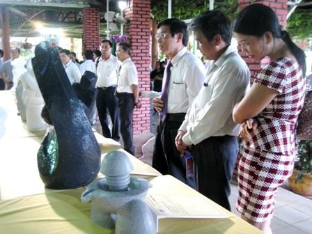 Đoàn đại biểu tham quan các tác phẩm trưng bày tại buổi lễ